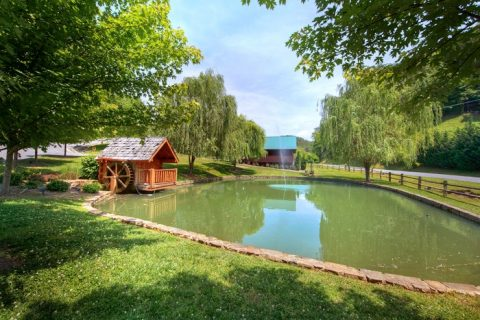 7 Bedroom cabin with Pool, Playground and Pond - Poolside Lodge