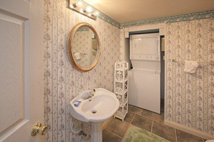 Cabin Half Bathroom with Washer and Dryer - Queen Margaret