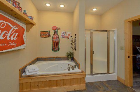 Large 6 Bedroom 5.5 Bath Cabin Sleeps 26 - Quiet Oak