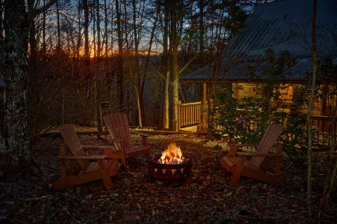 Honeymoon Cabin with Fire Pit and Yard - Restin Easy