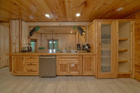 Fully Stocked Kitchen in 6 bedroom cabin - River Adventure Lodge