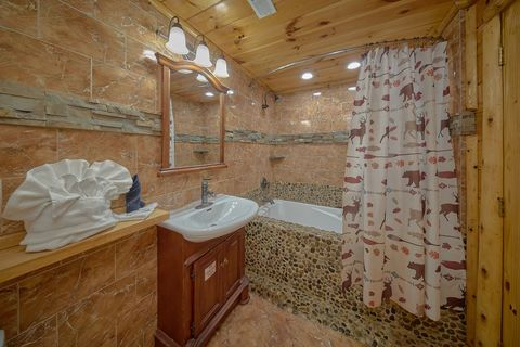 Luxurious Master Bathroom in 6 bedroom cabin - River Adventure Lodge