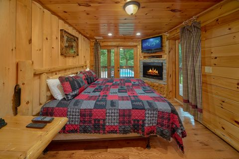 Cabin on the river with fireplaces in bedrooms - River Adventure Lodge