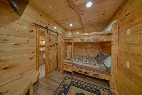 On The River 6 Bedroom Cabin with Extra Beds - River Adventure Lodge