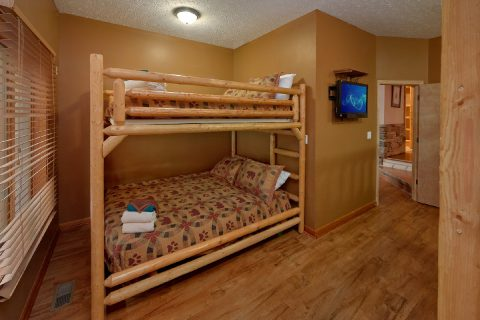 Queen bunk bedroom for 12 guests in river cabin - River Adventure Lodge
