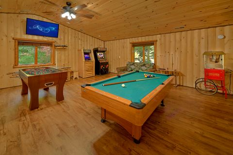 Game Room with Pool Table and Air Hockey Games - River Adventure Lodge