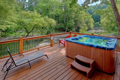 6 Bedroom Cabin Sleeps 20 with 2 Hot Tubs - River Adventure Lodge