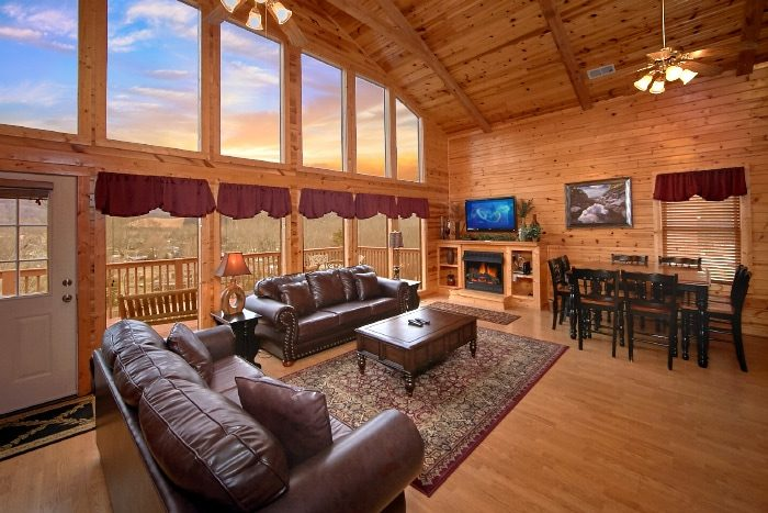 Luxury 3 Bedroom cabin with River View - River Breeze
