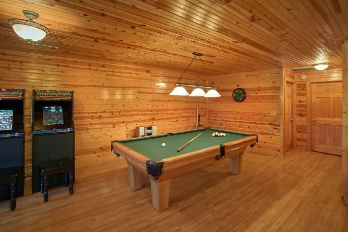 Luxurious Cabin with Pool Table and game Room - River Breeze