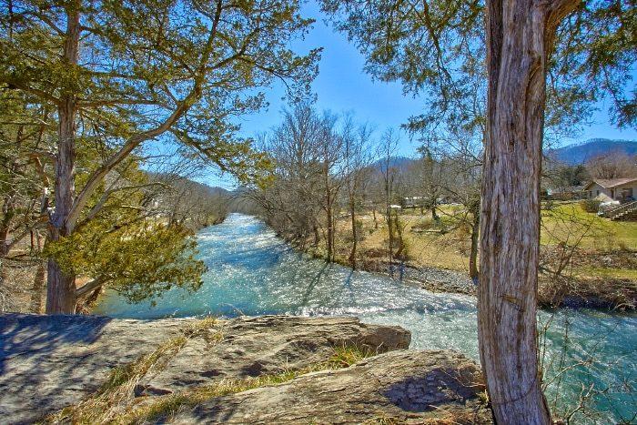 Luxury Cabin facing a beautiful River View - River Breeze
