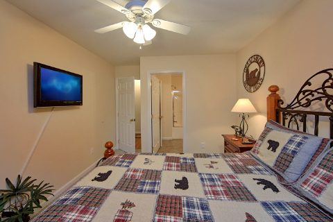 King Bedroom with Bath in 4 Bedroom Cabin - River Chase