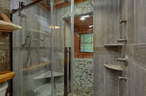 Premium 2 bedroom cabin with Luxurious Shower - River Edge