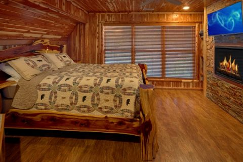Spacious King Bedroom in 7 bedroom cabin - River Mist Lodge