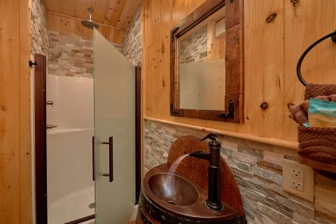 Luxurious Bathrooms in cabin on the River - River Mist Lodge