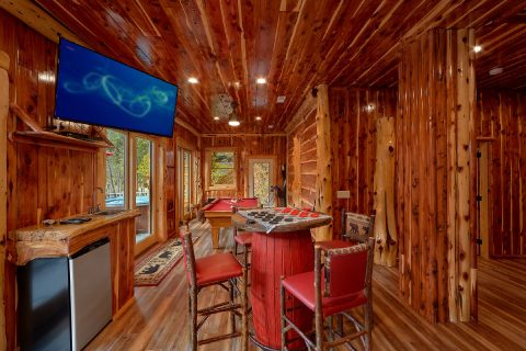 7 Bedroom cabin on River with Game Room - River Mist Lodge