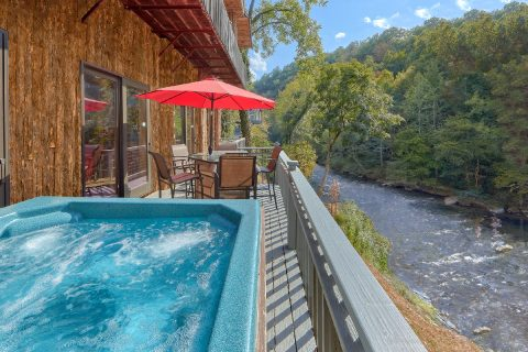 Luxurious 7 bedroom cabin with Private Hot Tub - River Mist Lodge