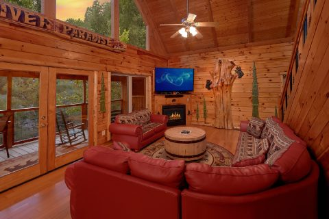 Spacious living room in 3 bedroom river cabin - River Paradise