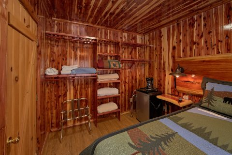 King Bedroom in Cabin with River Views - River Pleasures