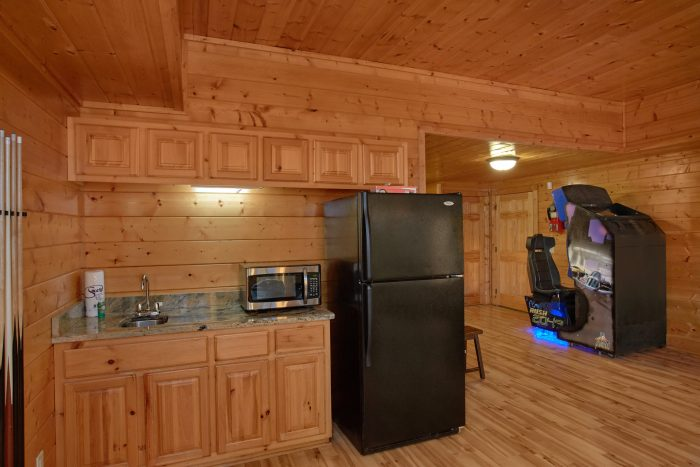 7 Bedroom Cabin with Kitchenette in Game Room - Rocky Top Lodge