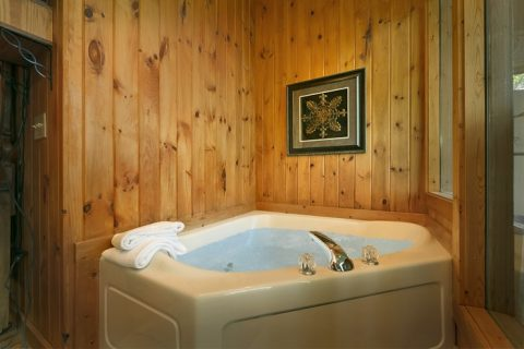 Honeymoon Cabin with King Suite and Jacuzzi - Romantic Evenings