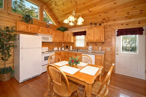 Pigeon Forge Cabin With Stocked Kitchen - Royal Romance