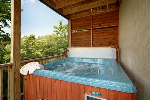 Pigeon Forge Cabin with a Private Hot Tub - Royal Romance