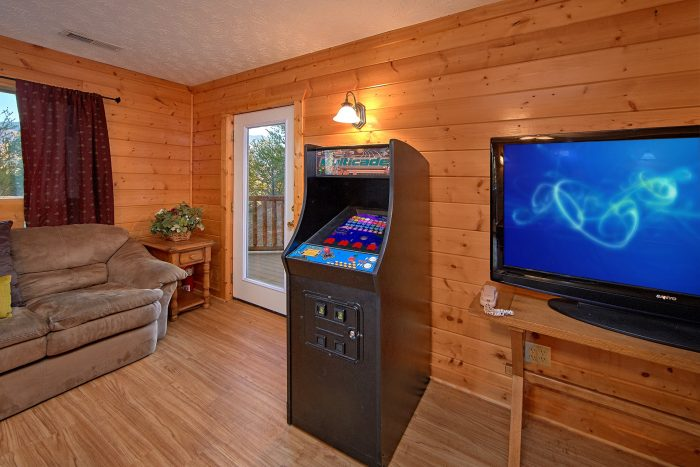 Beautiful 6 Bedroom Cabin with Arcade