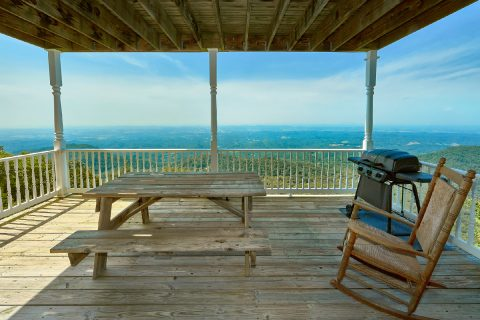 Wears Valley cabin with picnic table and Views - Ruby's Cliffside