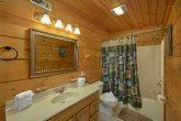 2 bedrom cabin with a Queen Bedroom