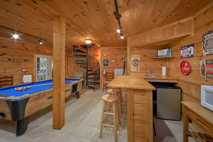 3 Bedroom Gatlinburg Cabin with Wet Bar - Skiing With The Bears