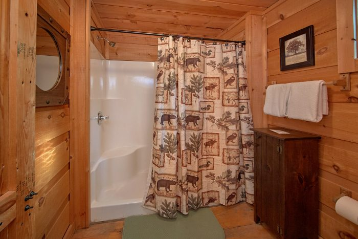 3 Bedroom Cabin in Chalet Village Sleeps 8 - Skiing With The Bears
