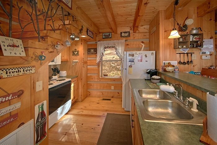 Honeymoon cabin with fully Stocked Kitchen - Sky High Hobby Cabin