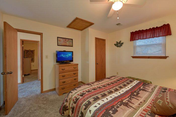 3 bedroom cabin with Queen bedroom and TV - Smokeys Dream Views