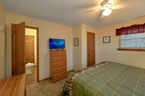 King bedroom with TV in Rustic 3 bedroom cabin - Smokeys Dream Views
