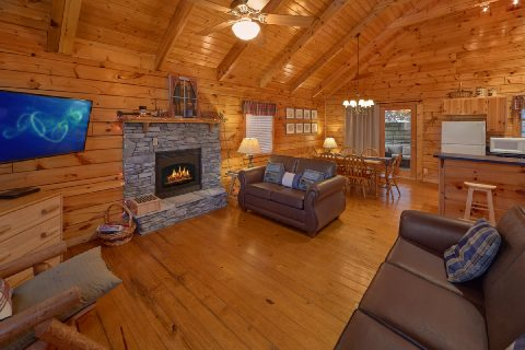 Spacious 2 Bedroom Cabin with Gas Fireplace - Smoky Hilltop