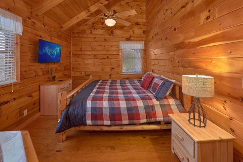 King Bedroom with Flatscreen TV and WiFi - Smoky Hilltop