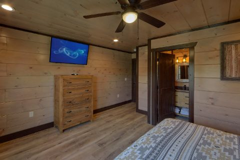 Spacious King Bedroom with private bath in cabin - Smoky Mountain Masterpiece