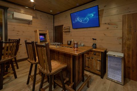 15 bedroom cabin with bar, TV and Arcade Game - Smoky Mountain Masterpiece