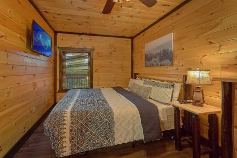 Spacious King Bedroom in 12 Bedroom cabin - Smoky Mountain Memories