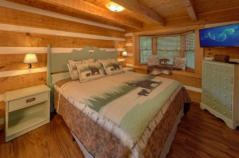 Cabin with King bed in Master Bedroom - Sneaky Bear Getaway