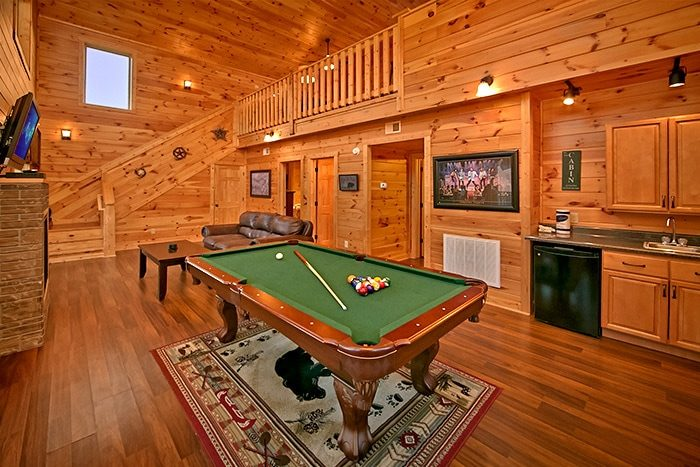 Cabin with Pool table and Wet bar - Snuggled Inn