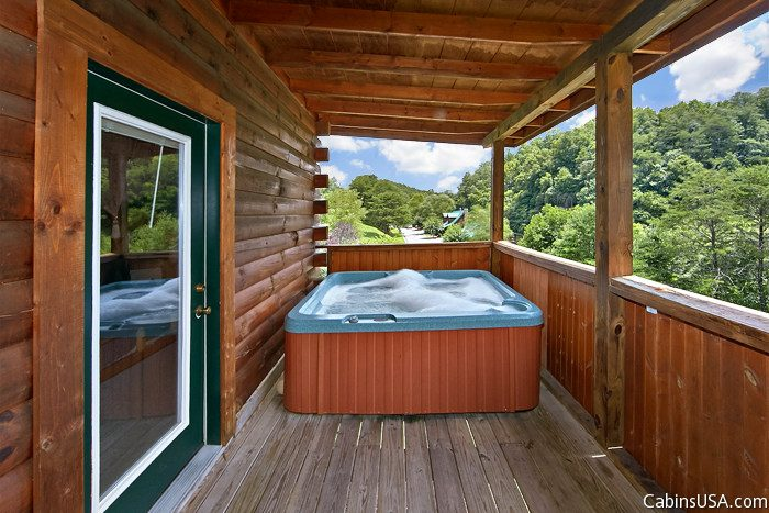 2 Bedroom Cabin near Downtown with a Hot Tub - Sparkling Dreams
