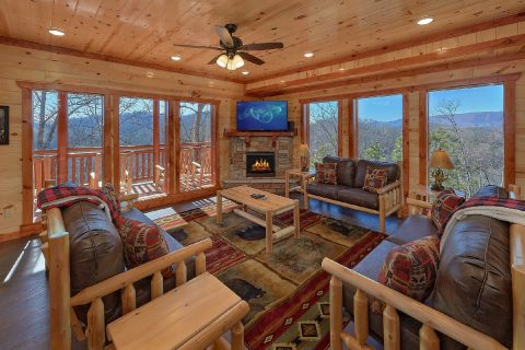 Spacious Living Room with Cable TV and Fireplace - Splashin On Smoky Ridge