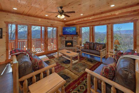 Spacious Living Room with Cable TV and Fireplace - Splashin On Smoky Ridge