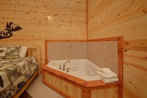Master Bedroom with Large Jacuzzi - Splashin On Smoky Ridge