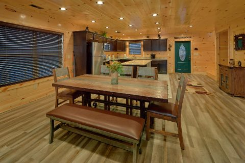 Luxury cabin with dining room and full kitchen - Splashing Bear Cove