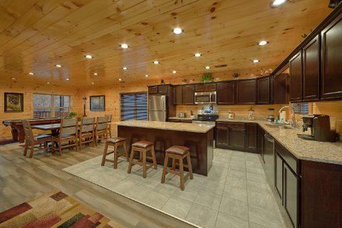 Premium 4 bedroom cabin with spacious kitchen - Splashing Bear Cove