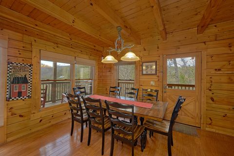 4 bedroom cabin with spacious dining area - Suite Retreat