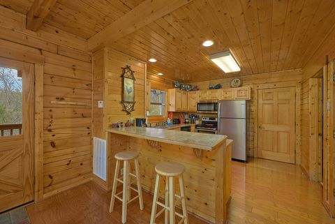 Premium 4 bedroom cabin with full kitchen - Suite Retreat