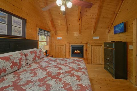 Luxurious Master Bedroom in 4 bedroom cabin - Suite Retreat
